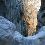 Große Steine vor der Schlucht