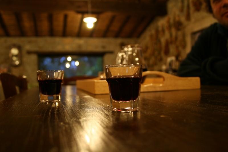 Gehört dazu: Wein aus hemdsärmeligen Gläsern