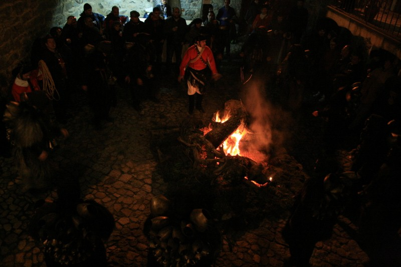Der Tanz ums Feuer im Hof des Sa Rosada