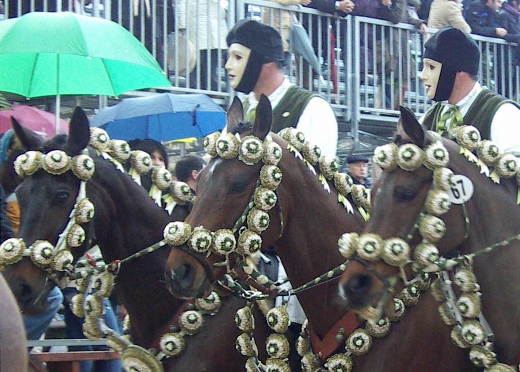 Reiter und Regenschirme