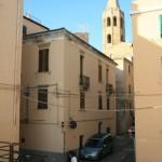 Im Hintergrund der Turm der Chiesa di San Francesco, im gotisch-katalanischen Stil