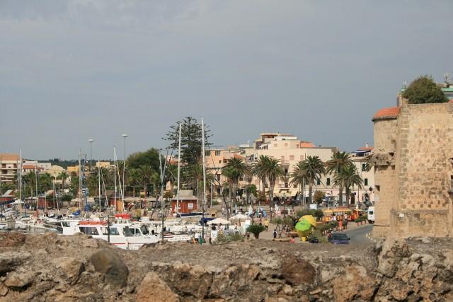 Alghero: Blick von der Altstadt zum Yachthafen und Lungomare