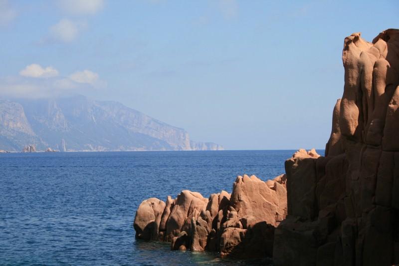 Blick von den roten Felsen nach Norden, zum Supramonte