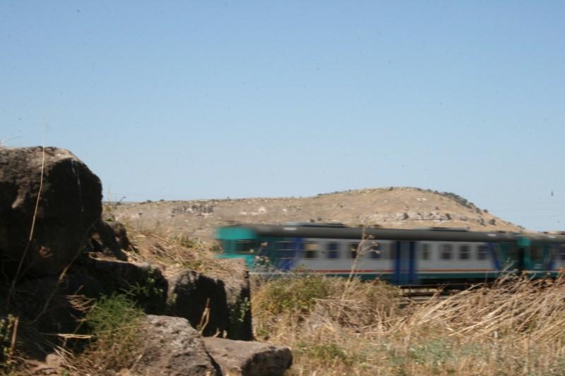 Der Zug rauscht durch die Landschaft