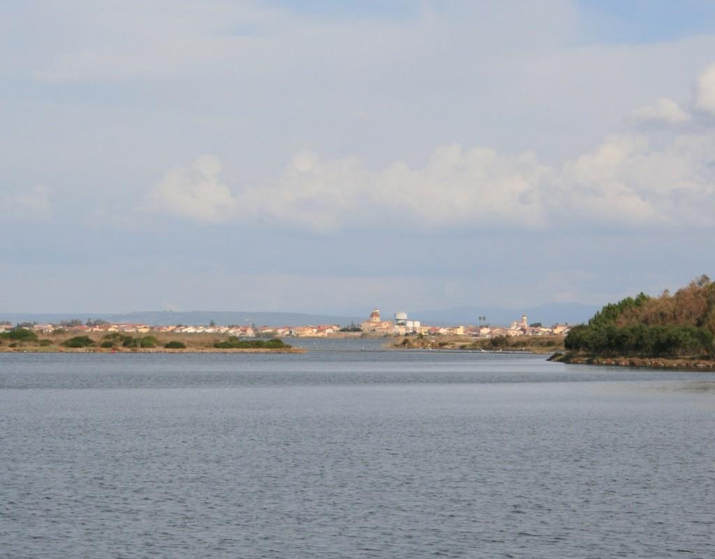 Cabras, am See gelegen