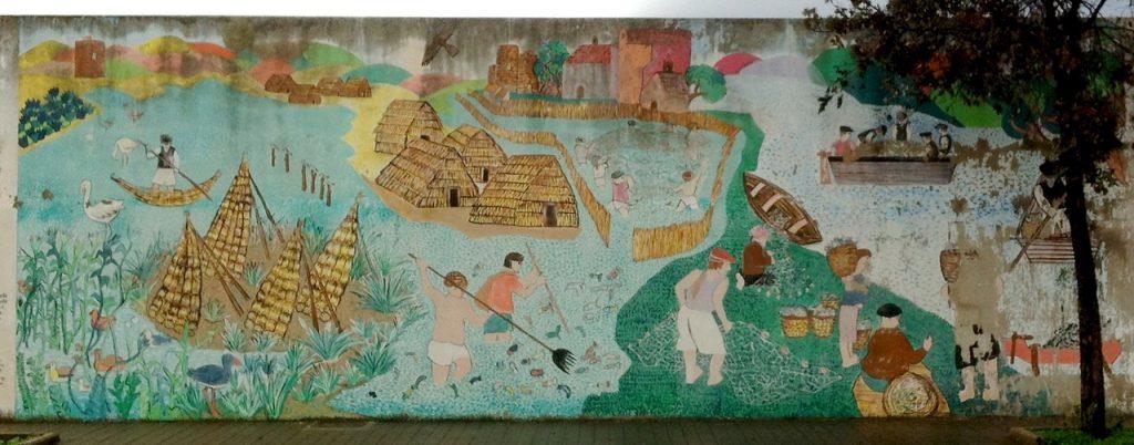 Ein Murales erklärt die Fischerkultur des Ortes