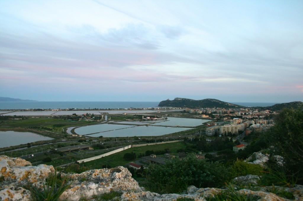 Blick vom Monte Urpinu über die Salinen bis zum Sella del Diavolo