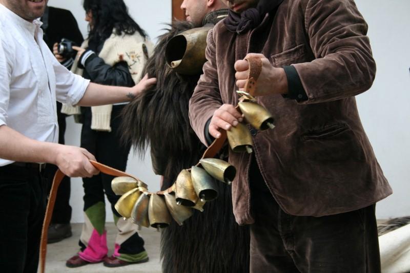 """Teil der """"carriga"""": Lederbänder mit Glocken"""