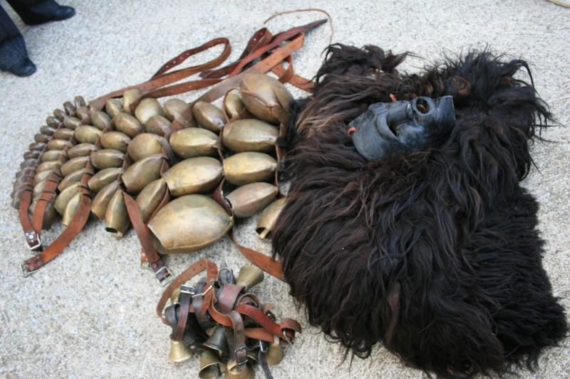 Glocken (sa carriga), Maske (sa visera), Fell (sas peddes)