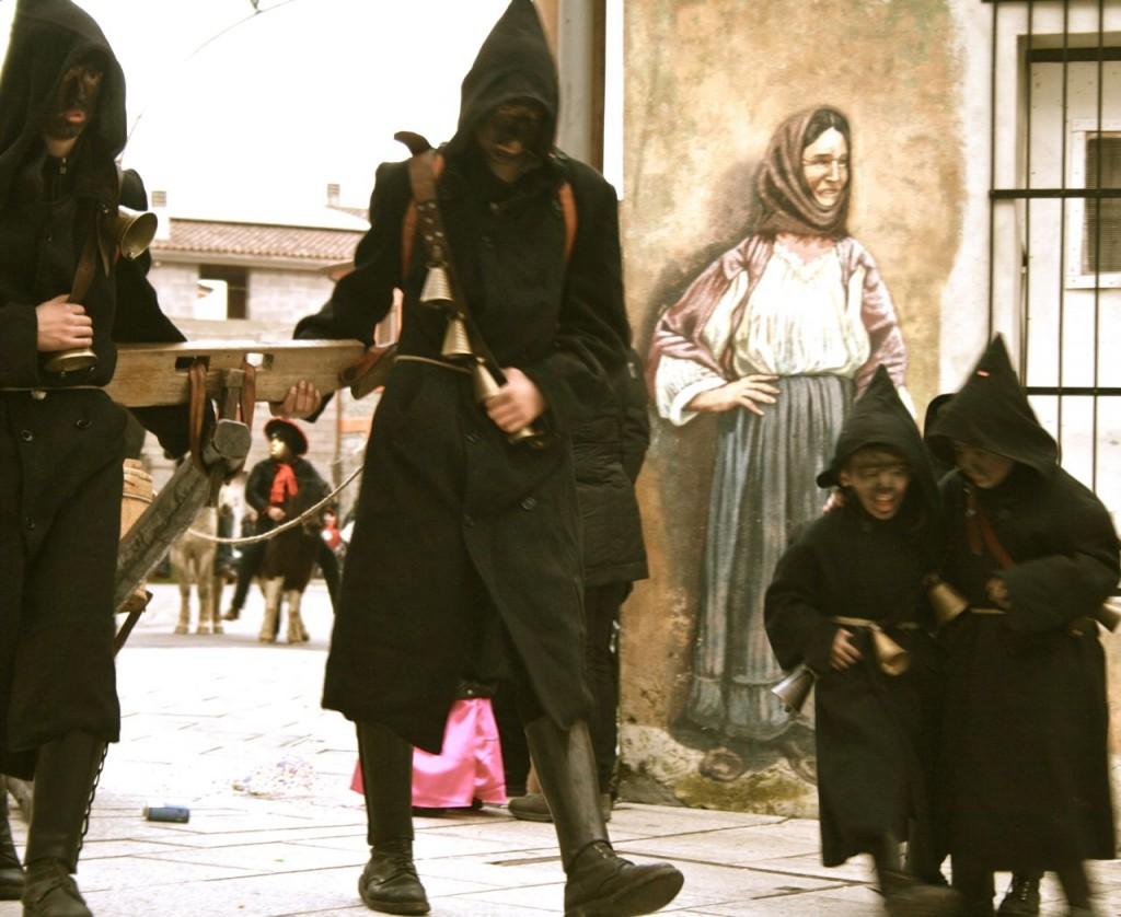 Sos Thurpos in Orotelli, hier feiern groß und klein zusammen