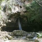 Wasserfall vor Grotte