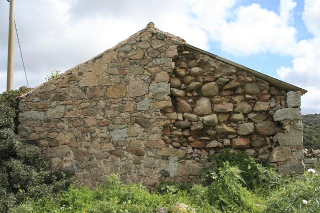 Korsische Bauweise mit Granit und Felsen der Gallura