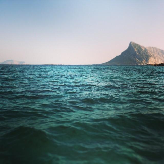 Blick von der Cala Girgolu auf die Isola Tavolara