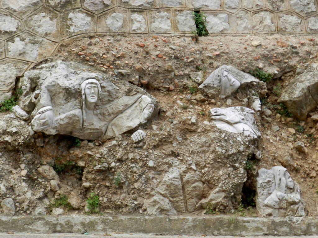 Kunstwerk in Osini, das die Überschwemmungen verarbeitet