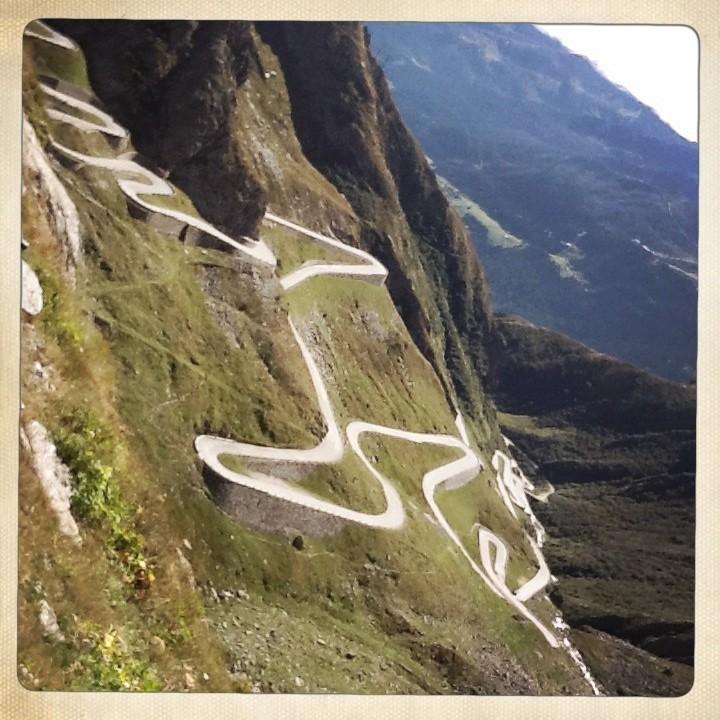 Gondelige Anreise über die Serpentine am Gotthardpass