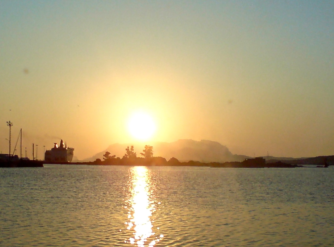 Olbia: Fähre im Sonnenuntergang an der Isola Bianca