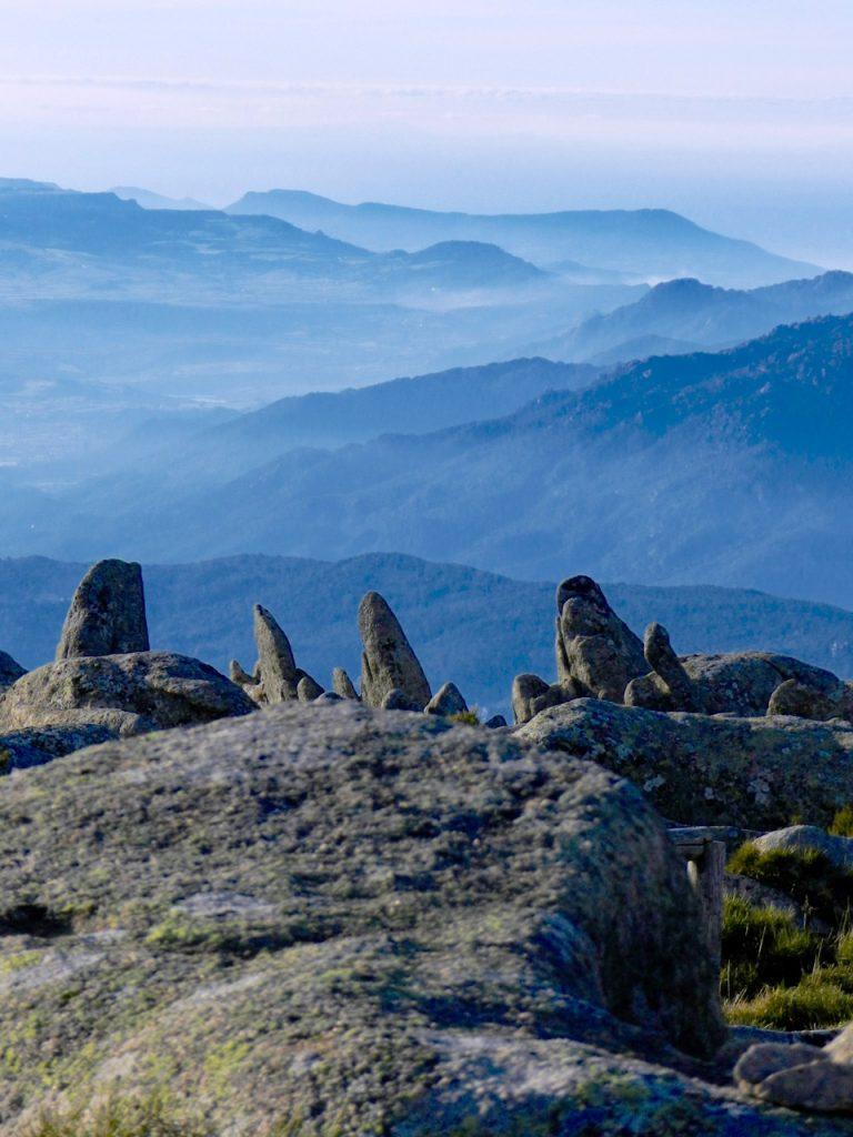 Bizarre Felsen und die Hügel der Gallura