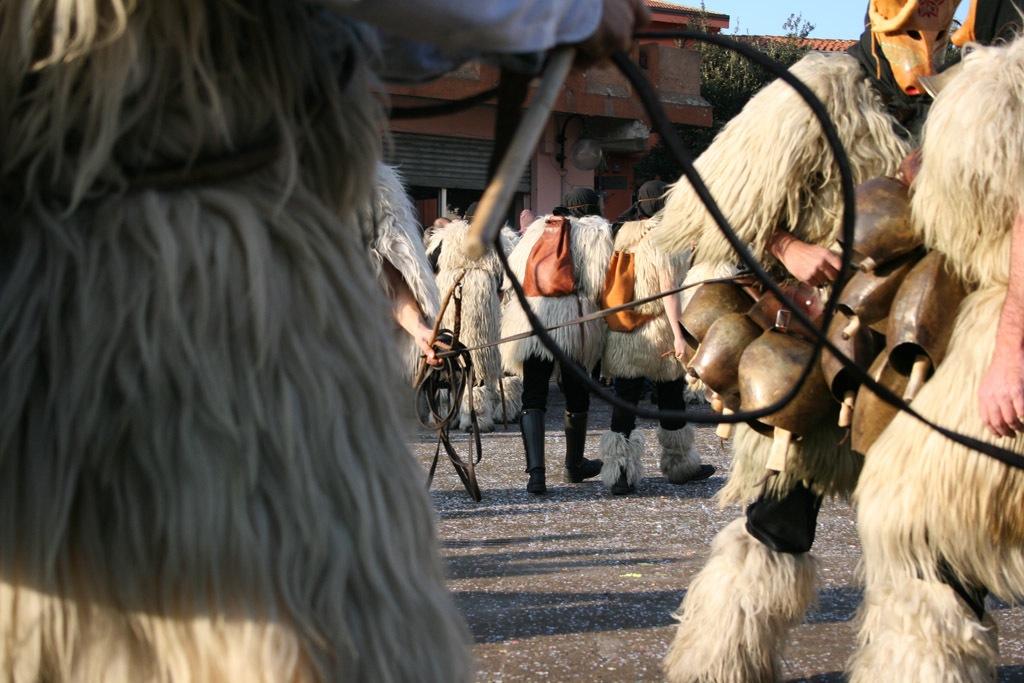 Das Schauspiel der Boes e Merdules auf dem Dorfplatz