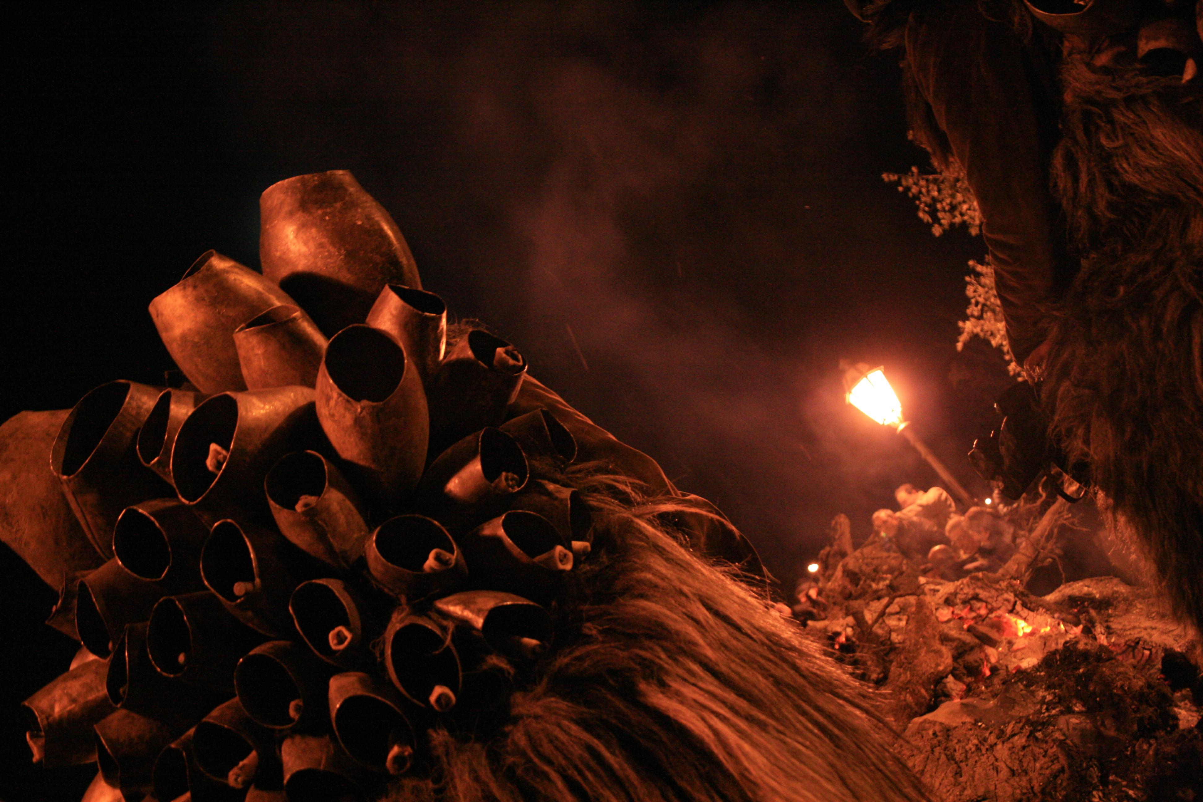 Mamuthone vor dem Feuer in Mamoiada