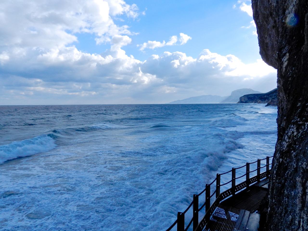 Pfad am Felsen zur Grotta Bue Marino