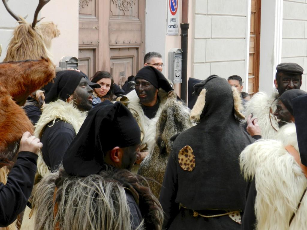 Die verschiedenen Protagonisten vor dem Umzug durchs Dorf