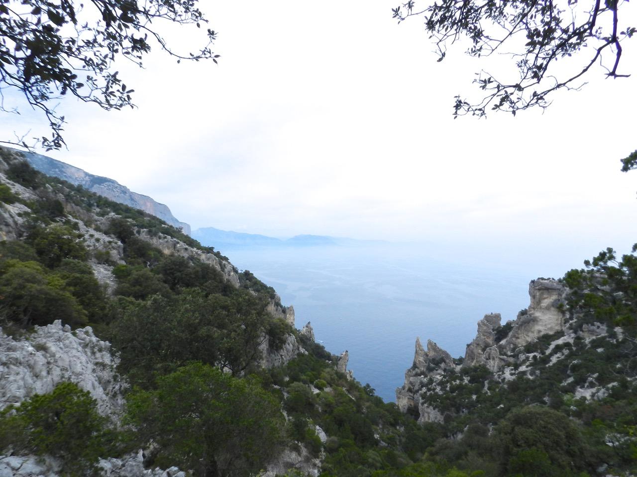 Abstieg voraus: da unten wartet die Cala Biriala