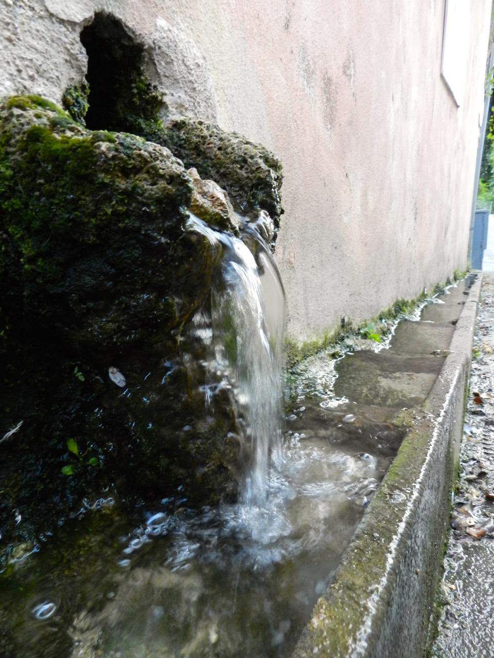 Quasi überall tritt Wasser aus