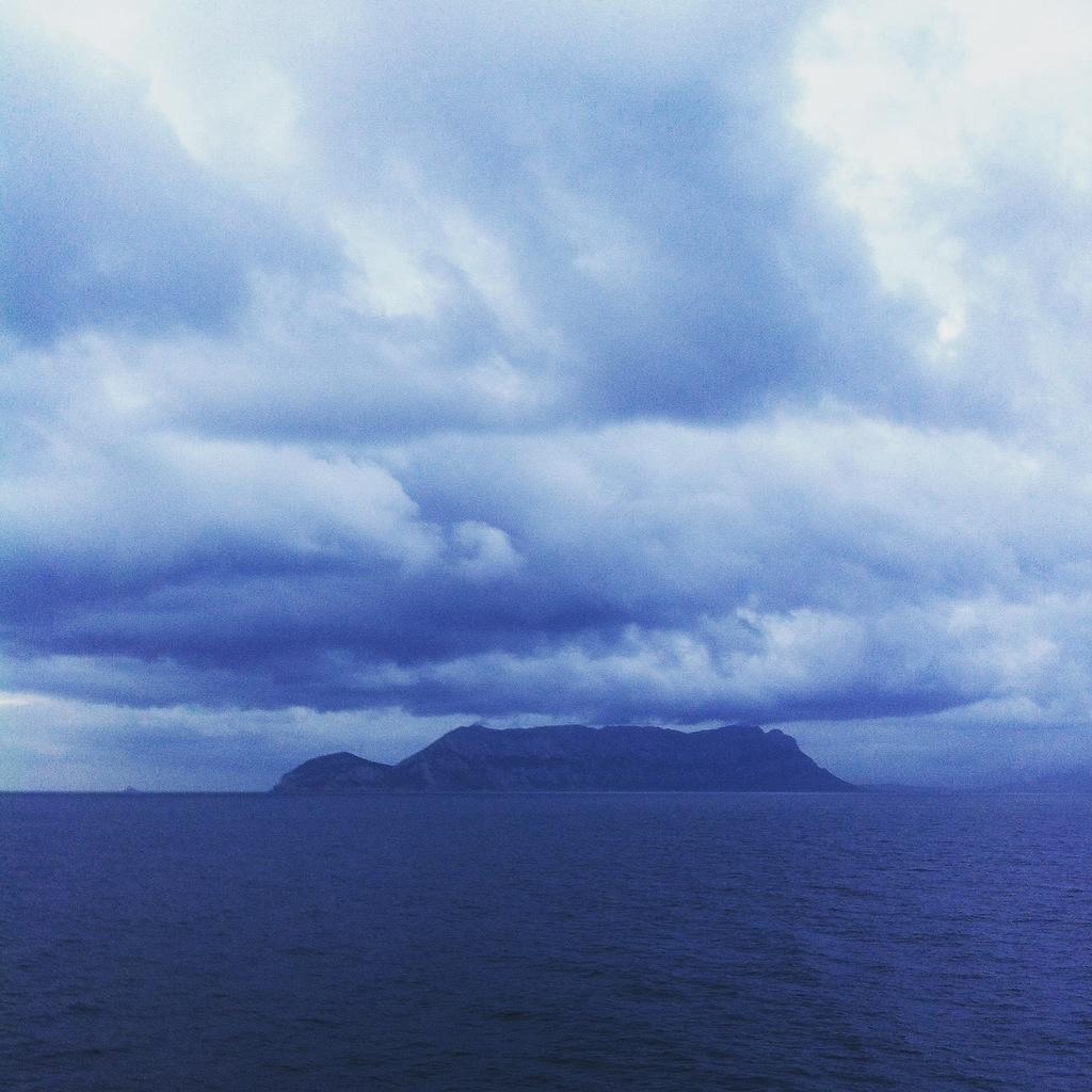 Tavolara: aus grau wird blau