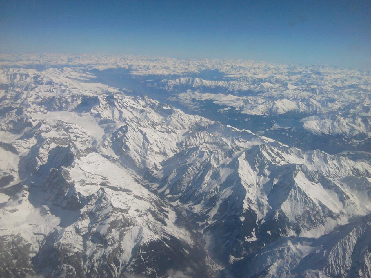Ein toller Anblick: die schneebedeckten Alpen von oben