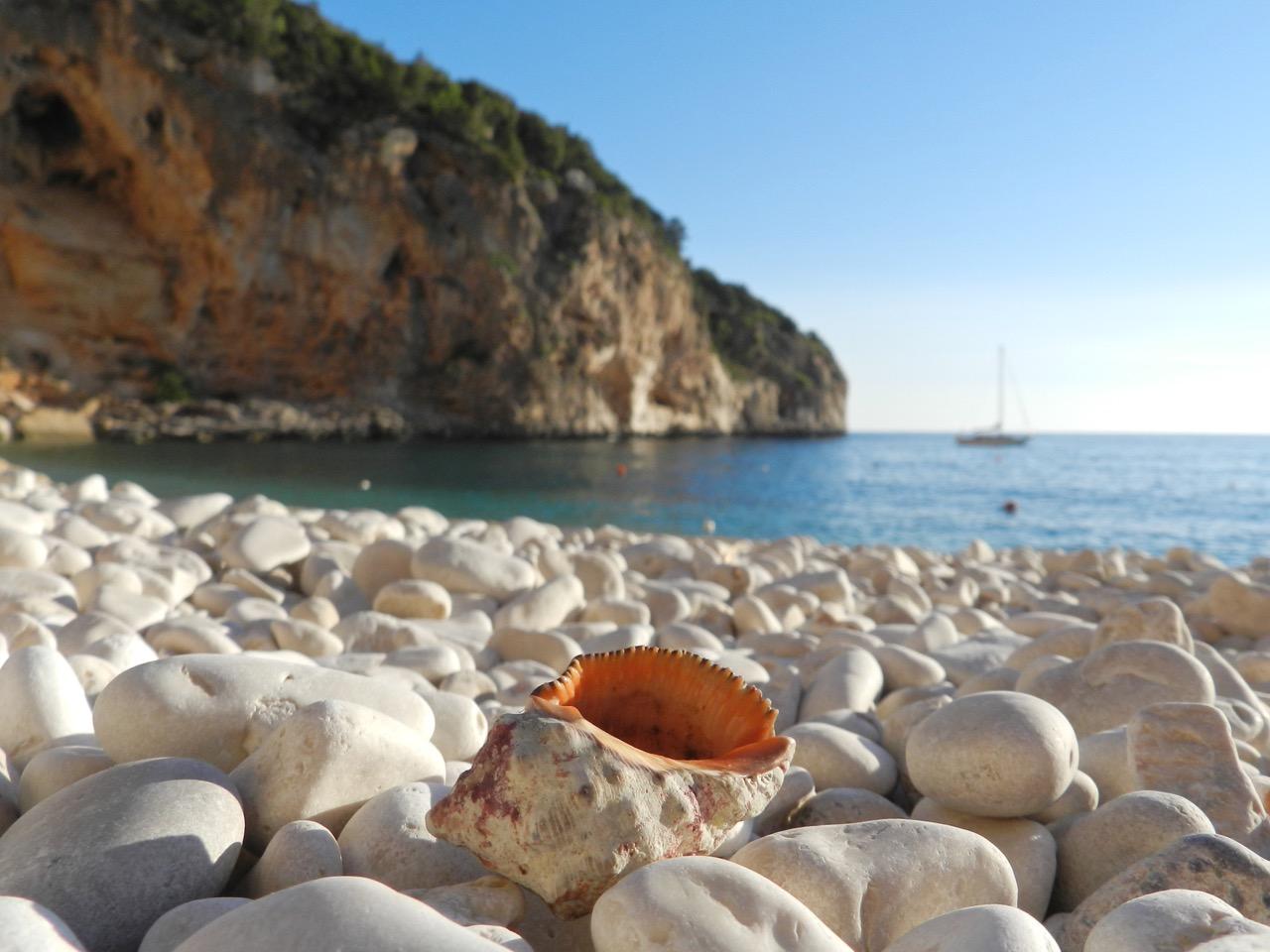 Cala Biriala - frühmorgens allein mit der Muschel und unserem Boot
