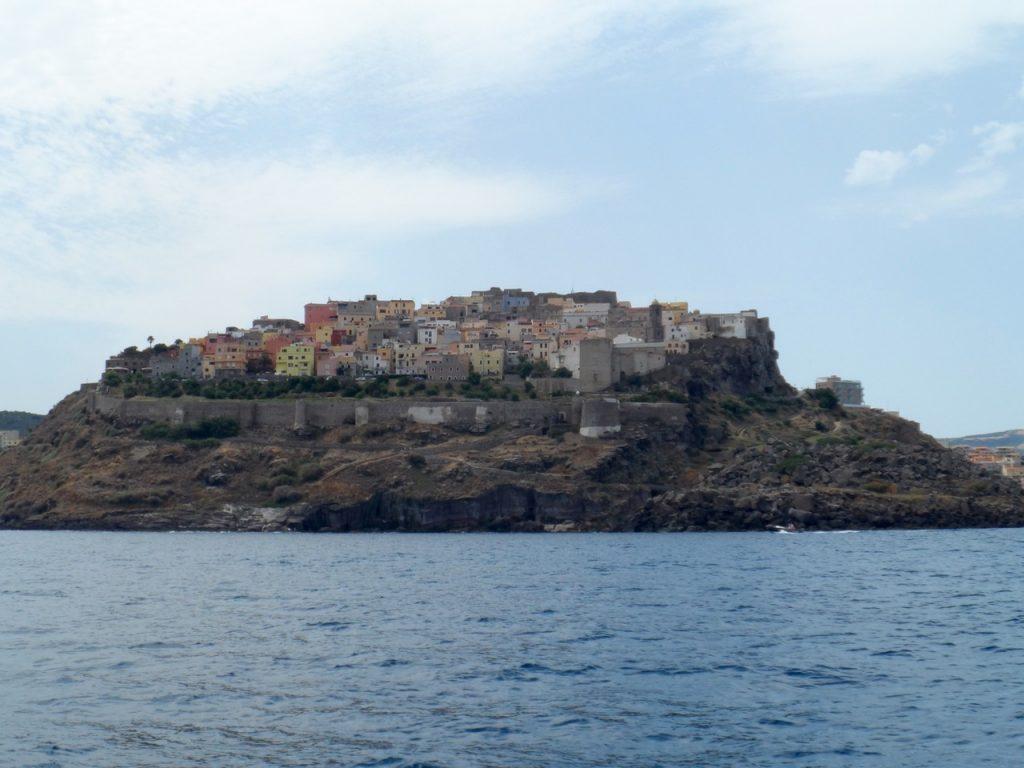 Vom Meer aus gesehen tatsächlich etwas weniger spektakulär: Castelsardo