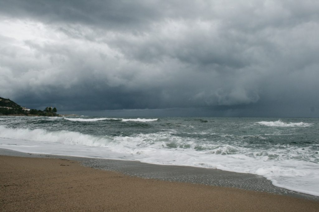 Maltempo: mieses, kaltes, nasses Wetter am Strand von Tancau