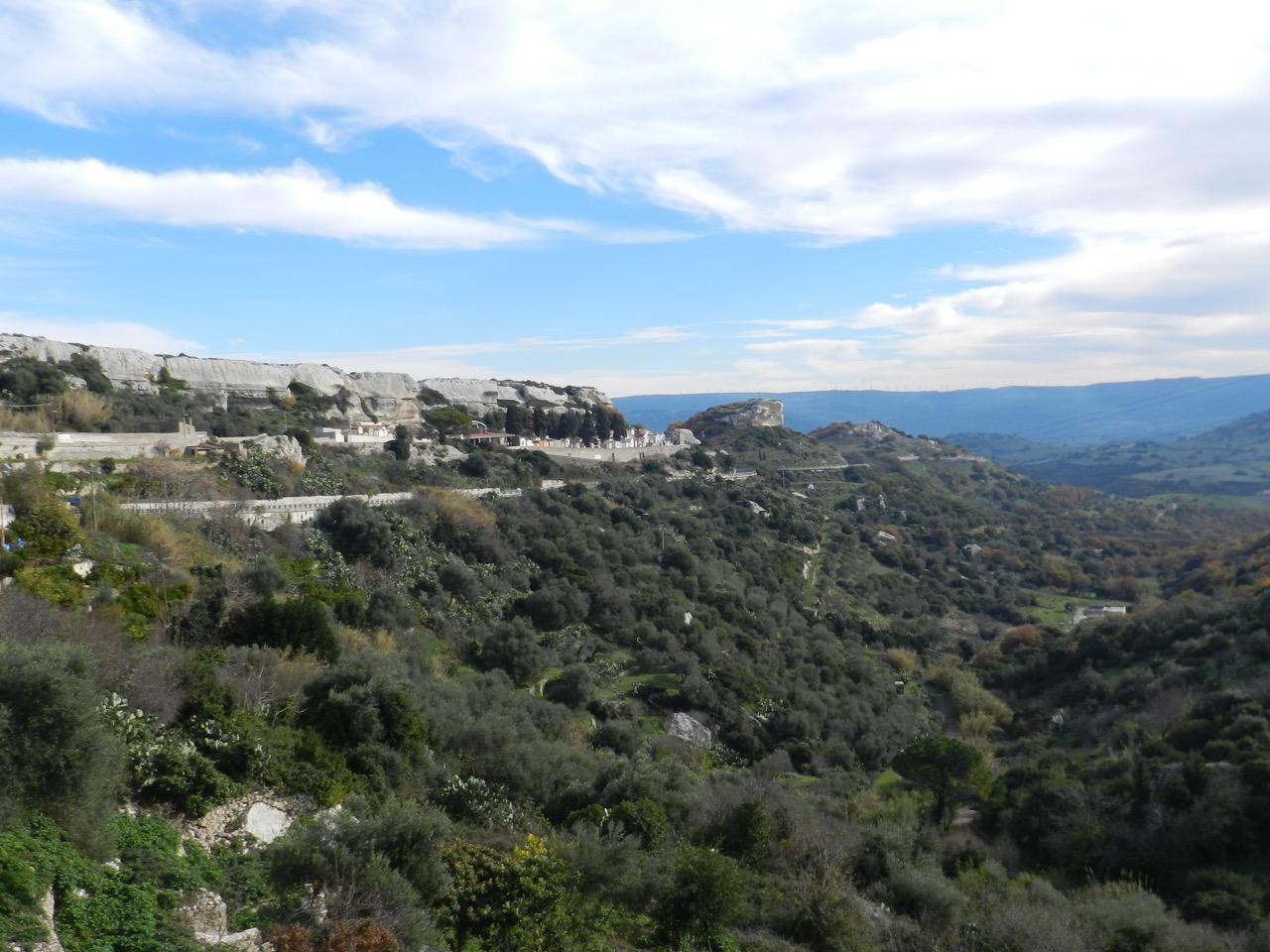 Sedini: an die Felswand gebaut