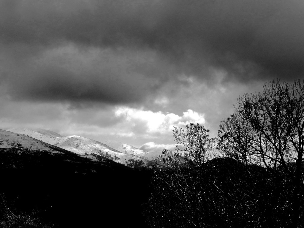 Dunkel und kalt: der Winter in den Bergen hinter Fonni