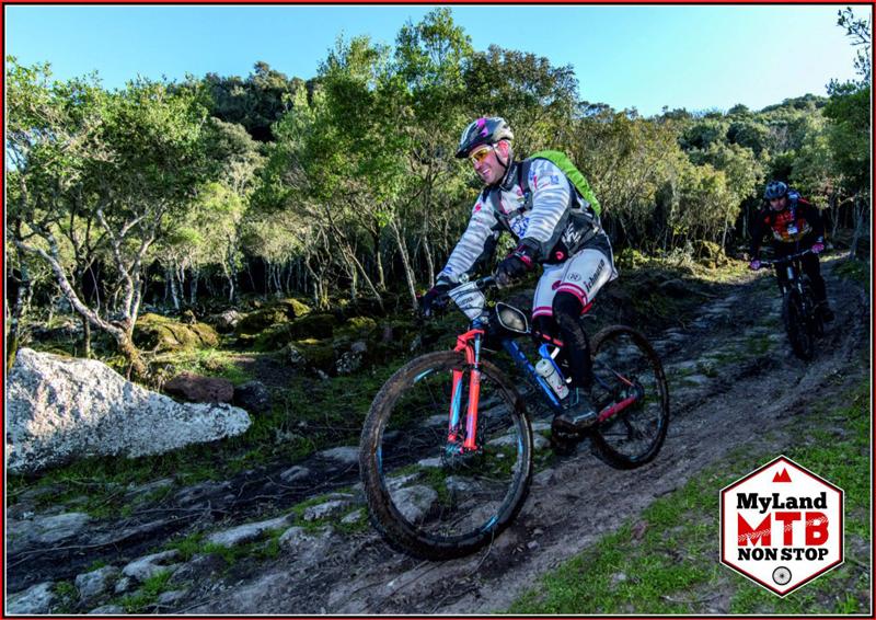 Biker auf der Strecke im Medio Campidano