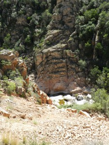 Der Fluss grub sich seinen Weg zwischen den Felsen