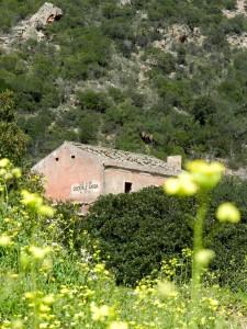 Casa Cantoniera am Wegesrand. Gegenüber nehmen wir einen der Pfade in die Berge.