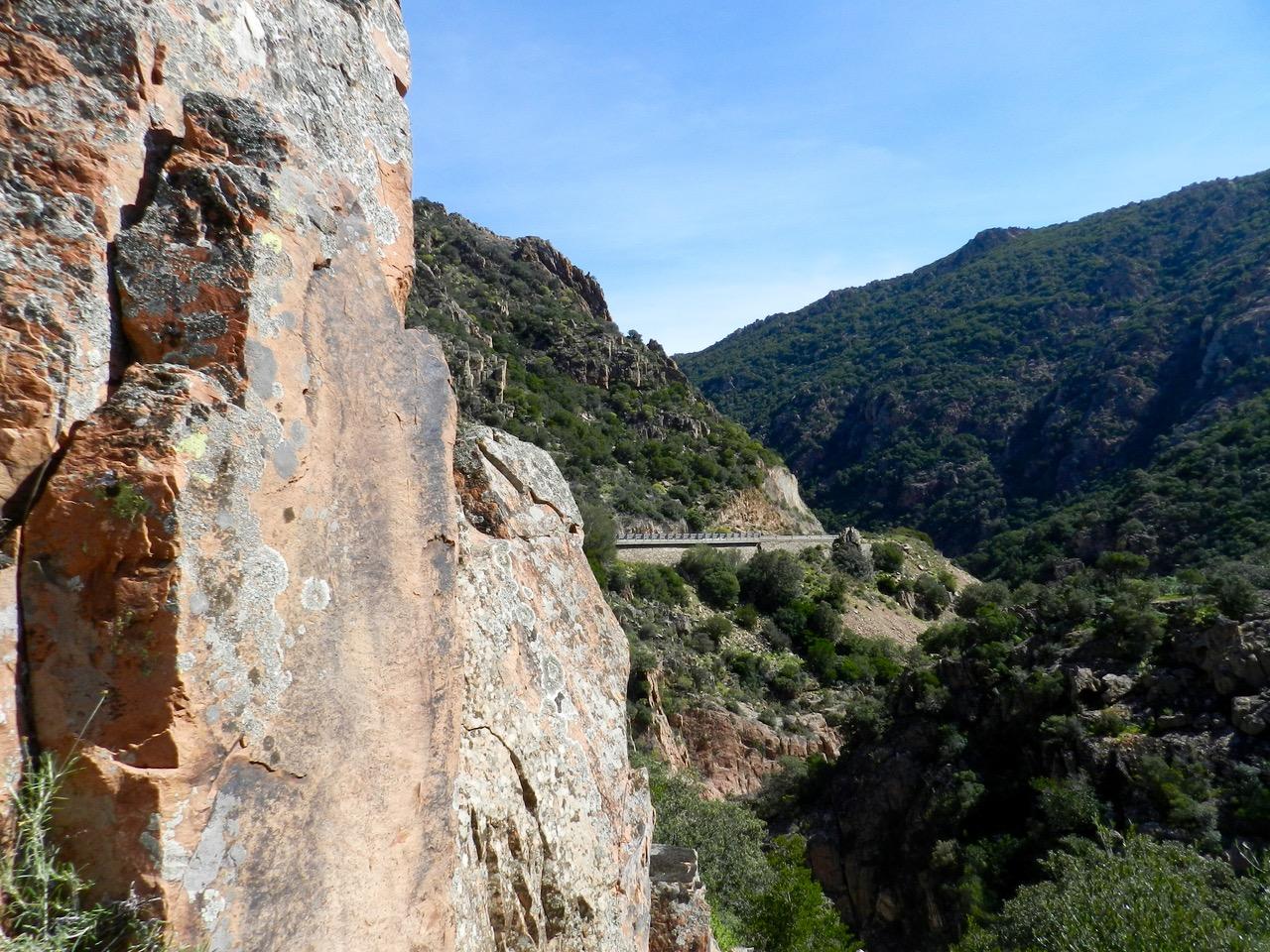 Die Straße schlängelt sich durch die Felsen