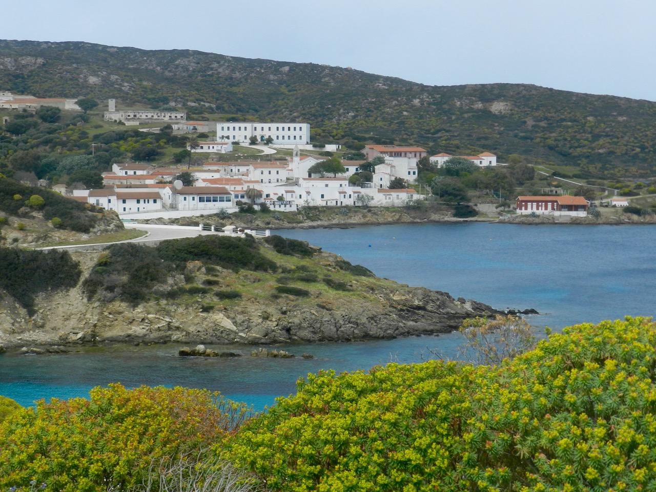Cala d'Oliva (der große Kasten in der Mitte ist das Ostello)