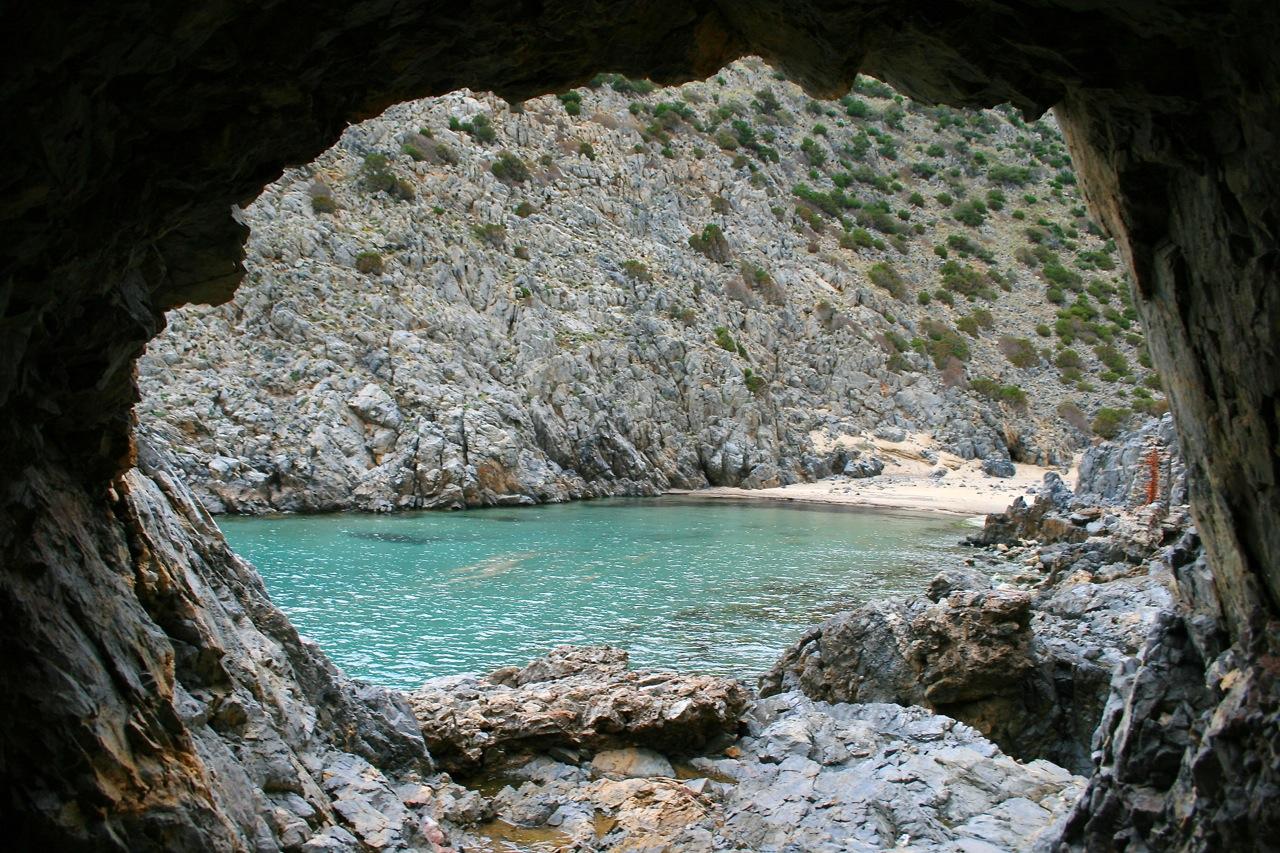 Cala Domestica - durch den Fels zur Cala Grande