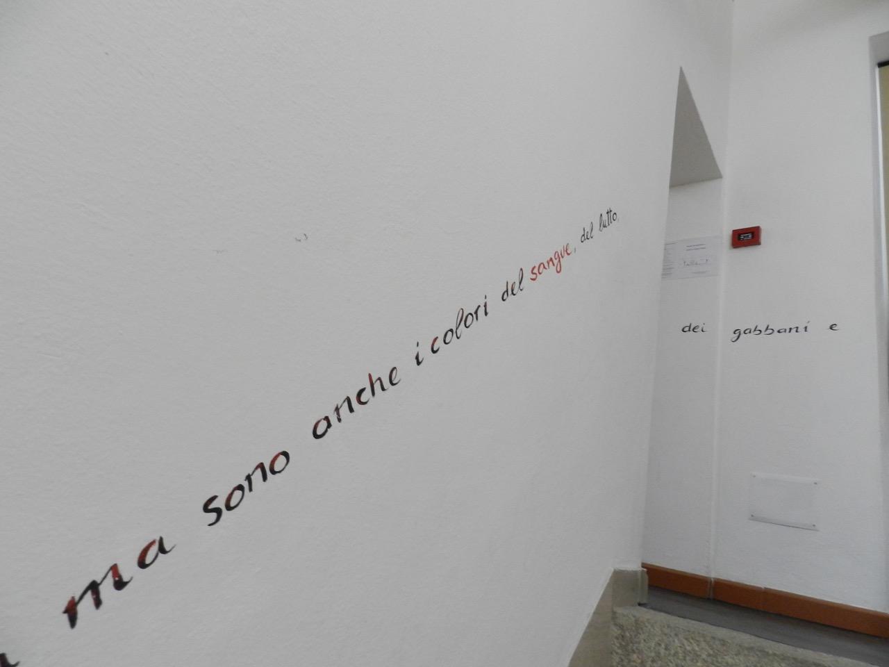 """""""Rot, schwarz und weiß sind die Farben Sardiniens. Und es sind die Farben des Blutes, der Trauer und der Möwen."""" Museo Banditismo, Aggius"""