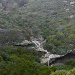 Blick auf einen saisonalen Wasserfall bei Sa Tanca e