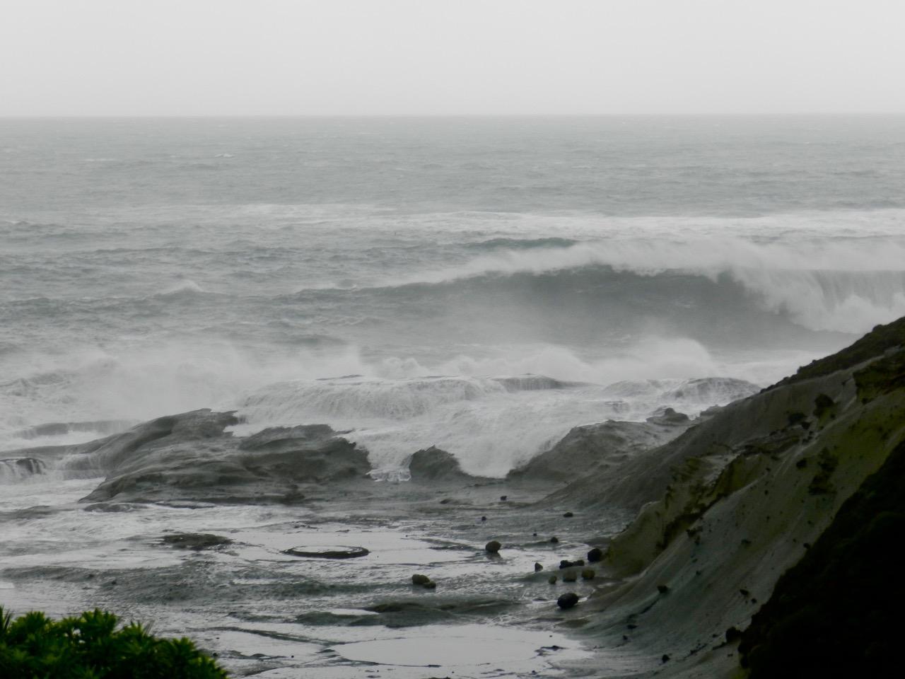 Hohe Wellen vom offenen Meer