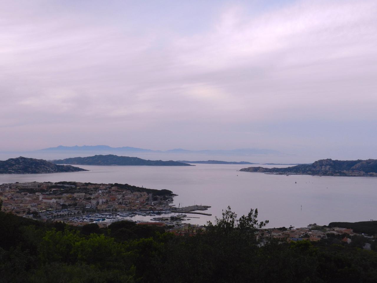 Blick auf den Hafen von Palau, dahinter das Arcipelago di La Maddalena am Abend