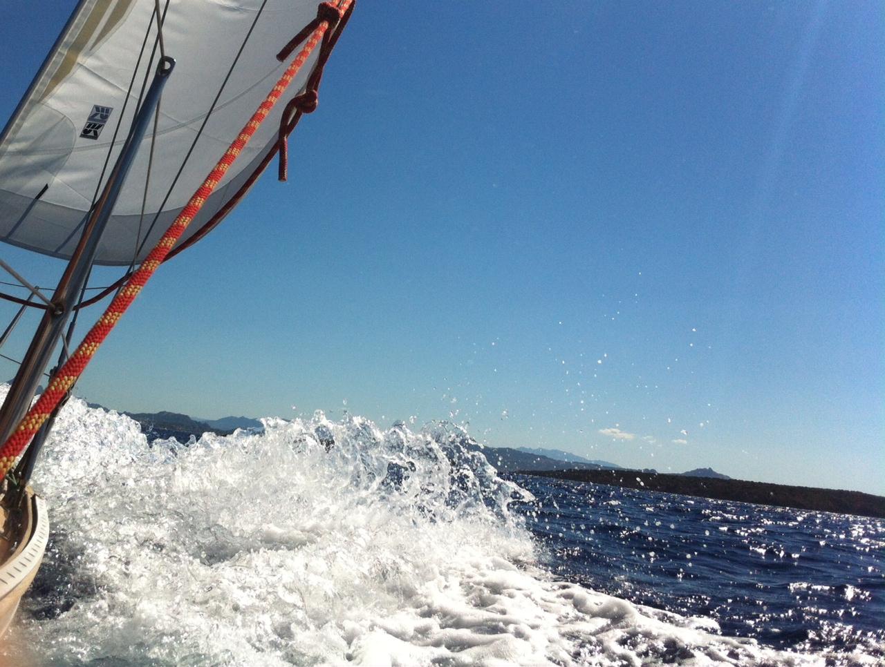 Sportlich segeln vor Sardinien