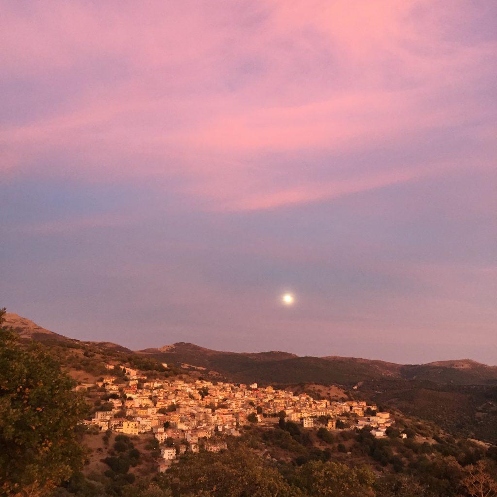 Nicht nur am Meer toll: Sonnenuntergang und Mondaufgang bei Seui