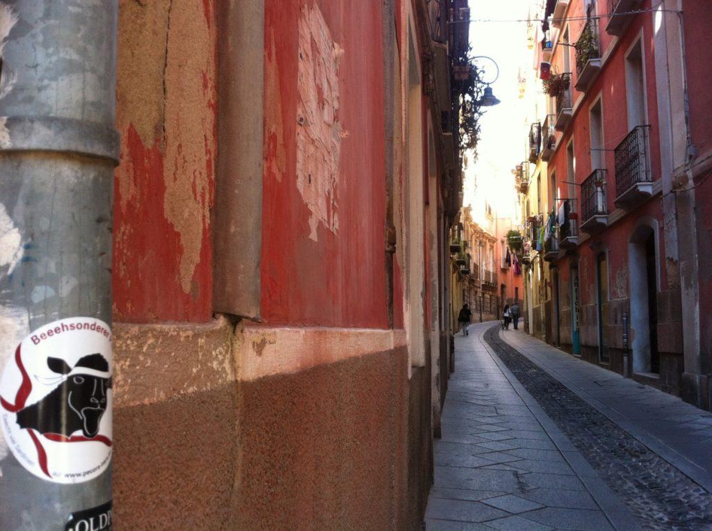 Schmale, schattige Gassen im Castello-Viertel