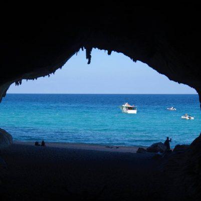 Höhle der Cala Luna, davor die Ausflugsboote