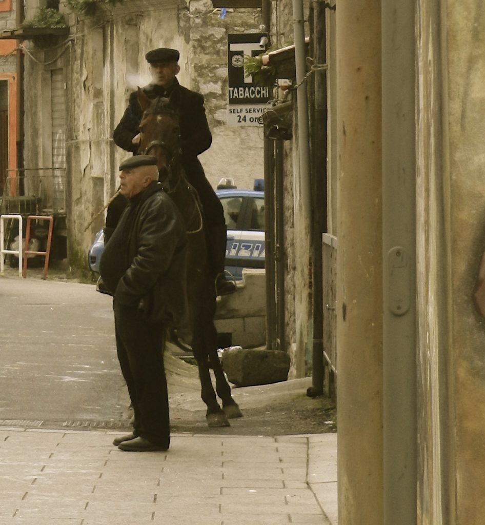 Keine Besonderheit in Orotelli: Reiter vorm Zigarettenladen