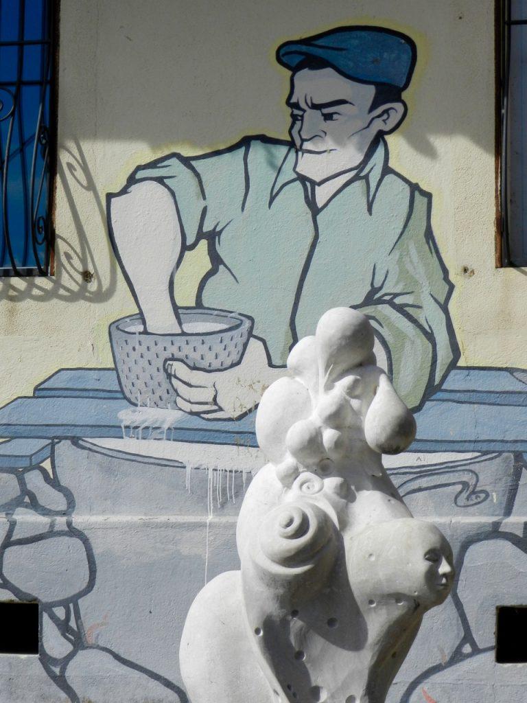 Murales mit Pecorino und einer Skulptur davor